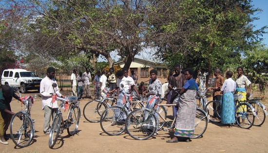 malawi_volunteers_bicycles